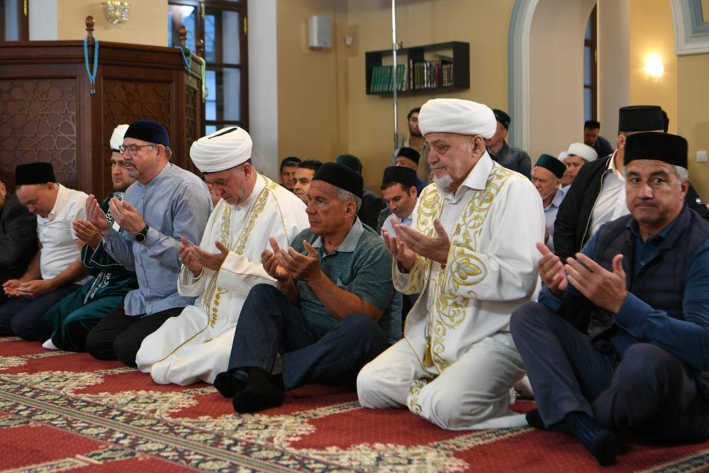 Президент республики всегда посещает мечеть в дни мусульманских праздников.