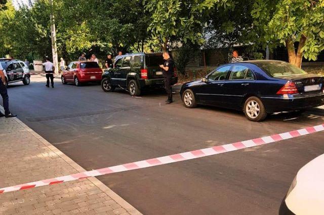 В Одессе неизвестный стрелял в местного чиновника в автомобиле