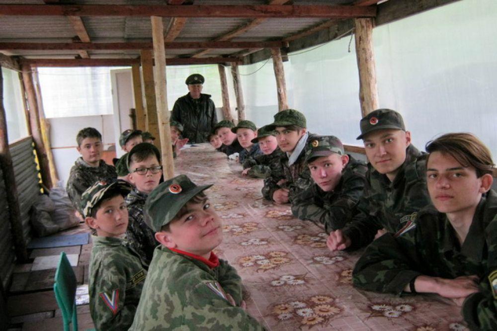 Ребята в казачьем лагере.