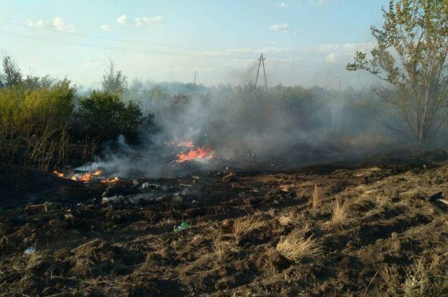 В Оренбурге потушено возгорание сухой травы на площади 2 га.