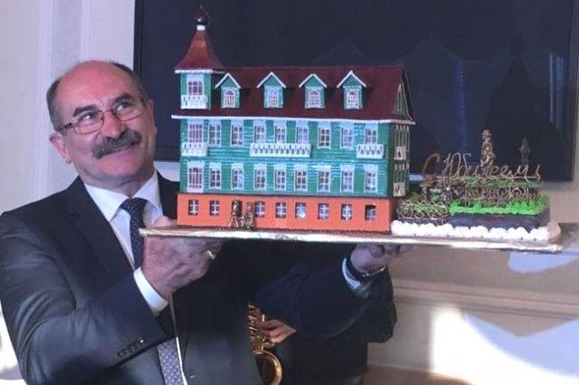 Это не макет здания - это торт.