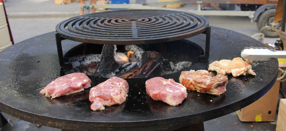 Повара и кондитеры различных компаний, кафе и ресторанов готовили для гостей фестиваля блюда на мангалах и огне.