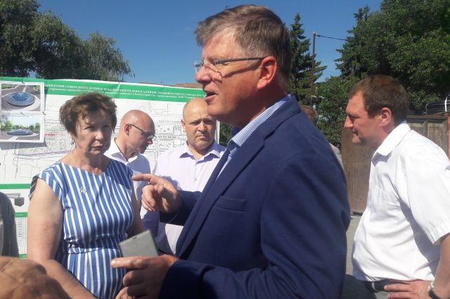 Депутаты обсуждают планы с подрядчиками и жителями.