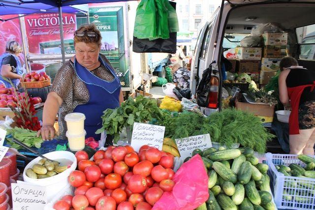 На ярмарке огурцы-помидоры намного вкуснее и полезнее магазинных овощей.