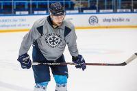 Хоккеист старается не терять бодрость духа.