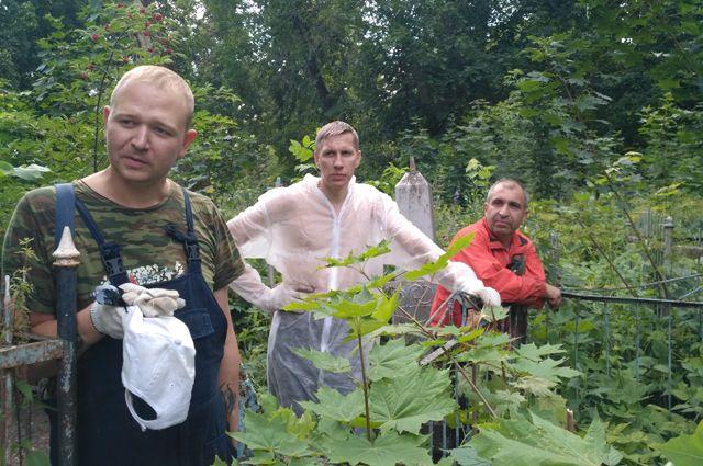 Александр, Алексей и Эльман (слева направо) говорят, что их коллеги-медики взяли шефство над могилами врачей, похороненных на территории некрополя. А они благоустраивают все заброшенные могилы.