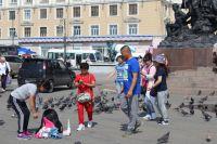 Иностранные туристы очень любят гулять по главной площади Владивостока и кормить там голубей.