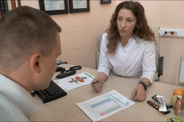 Обратитесь к врачу фитнес-клуба, если же его нет, то обязательно пройдите консультацию с тренером или другим специалистом, который сможет собрать у вас полный анамнез.