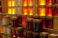 Липовый мед из-за пади приобретает темный оттенок.