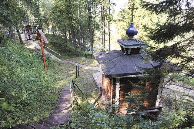 Добровольцы возвели около источника часовню Трифона Вятского, построили лестницу, установили лавочки.