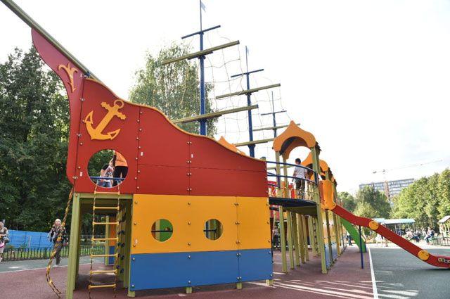 Детский городок в виде большого корабля соответствует всем нормам безопасности.