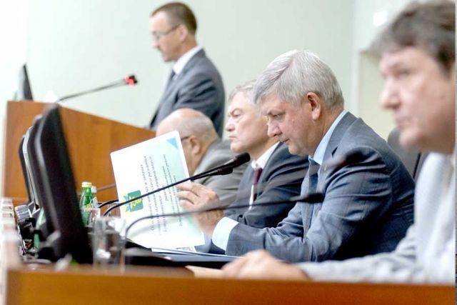 В Бутурлиновке глава региона провёл совещание по актуальным вопросам социально-экономического развития района.
