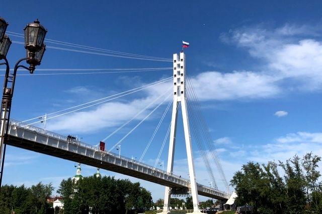В Тюмени над Мостом влюбленных вновь развевается триколор РФ
