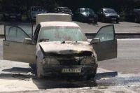 В Киеве на дороге загорелся автомобиль с водителем внутри