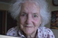 Над её рабочим столом висит медаль, которую ей подарили два года назад на юбилей бывшие ученики. На медали выбито: «It's only 90».
