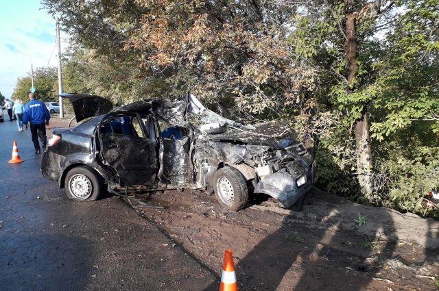 Врезались в древо: у Загородного шоссе погибли 2 человека и 3 пострадали.