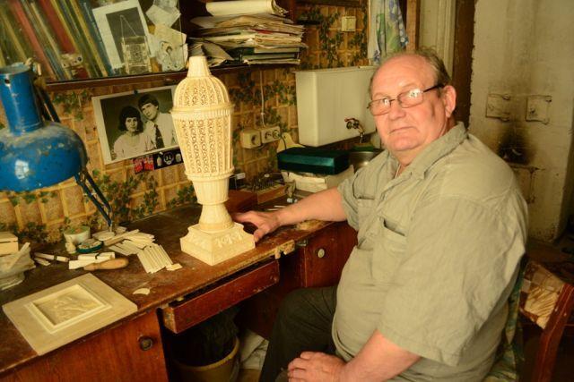 Николай Зачиняев, мастер резьбы по кости из села Ломоносово Холмогорского района.