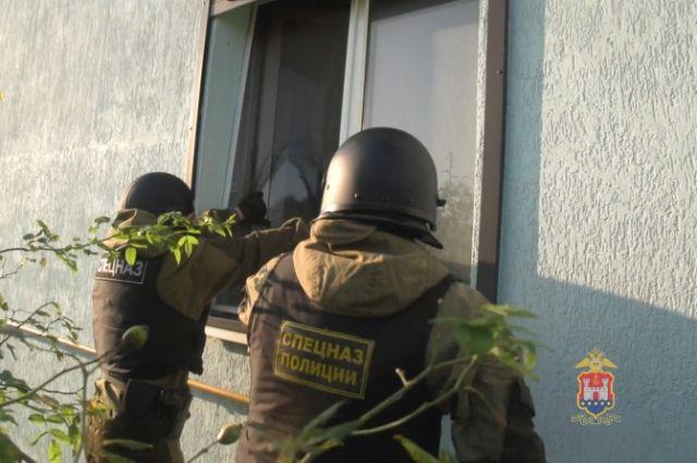 В Калининграде полиция взяла штурмом дома подозреваемых в наркоторговле.