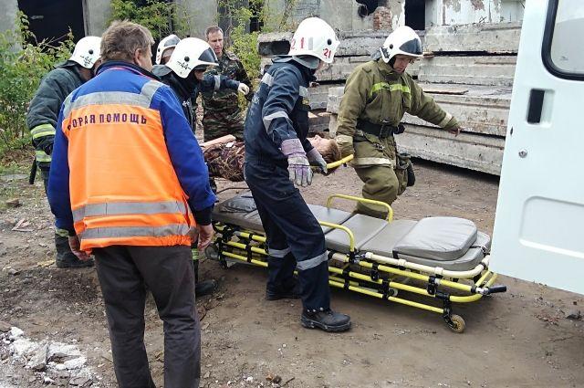 Приехавшие на место ЧП медики скорой помощи вызвали спасателей, чтобы транспортировать мужчину до машины.