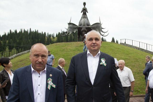 Делегации, прибывшие в Таштагольский район, встретили творческие коллективы.