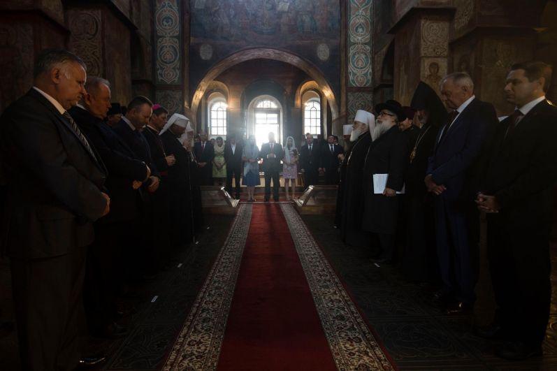 Но перед парадом состоялся праздничный молебен в Киево-Печерской Лавре.