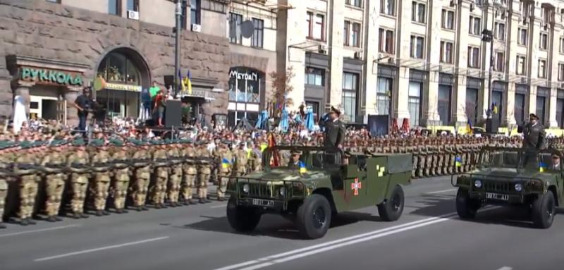 Степан Полторак приветствует войска уже новым армейским приветствием