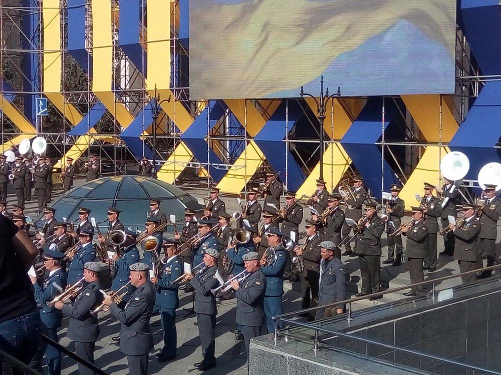 Парад проходит под аккомпанемент оркестра
