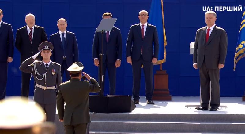 Порошенко принимает парад Независимости и поет первый куплет нового гимна Вооруженных Сил Украины.