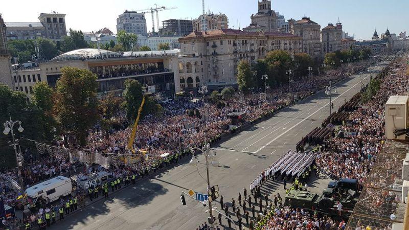 Парад на Крещатике в честь Дня Независимости начался ровно в 10 утра. К этому времени людей на Крещатике было море.