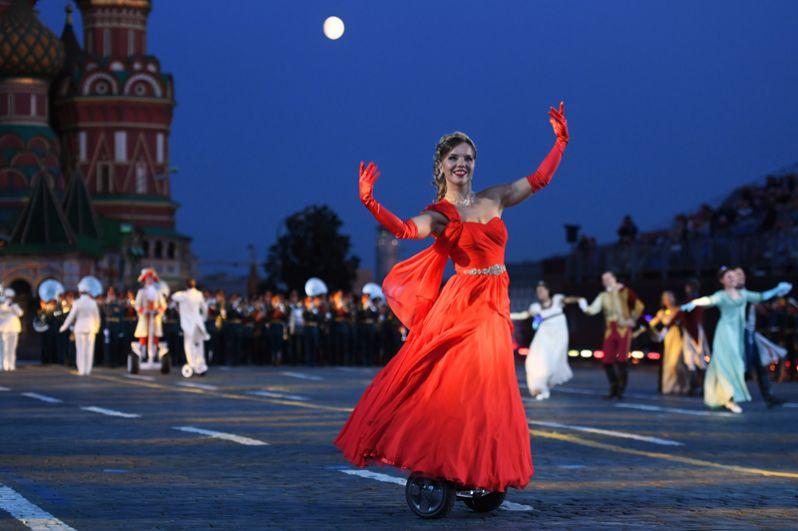 Танцовщица на генеральной репетиции церемонии открытия XI Международного военно-музыкального фестиваля «Спасская башня» на Красной площади в Москве.