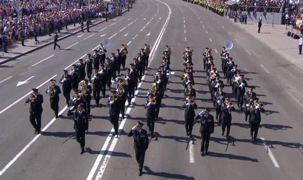 Первые колонны военных на Крещатике появились в 10:10 утра.