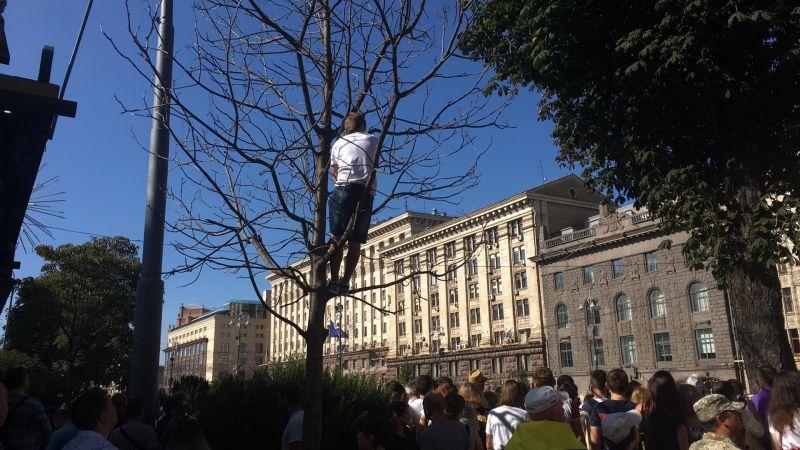 С самого утра на Крещатике и Майдане было множество людей, некоторые люди для того, чтобы увидеть парад, зализали на деревья.