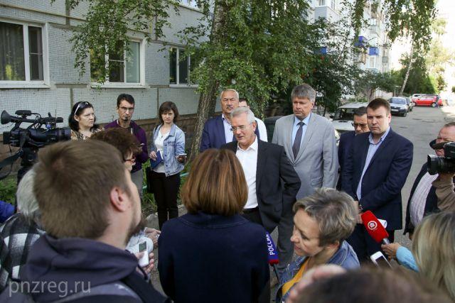 Иван Белозерцев пообщался с жильцами дома.