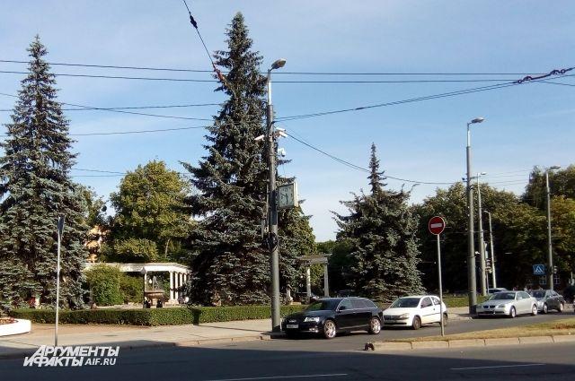 На улицах Боткина, Куйбышева и Театральной запретят остановку машин.