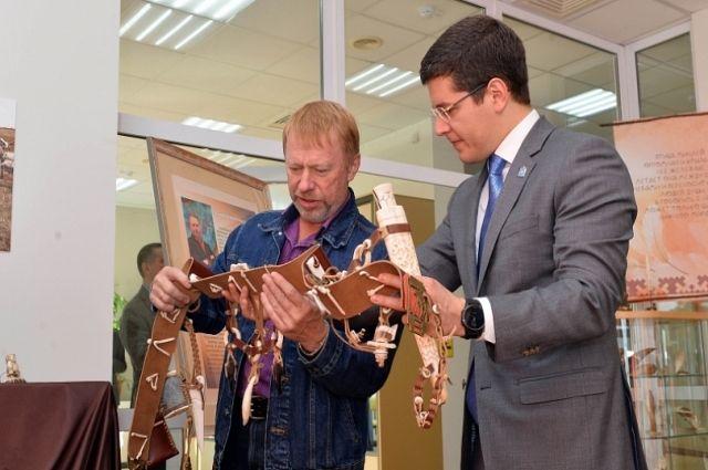 Дмитрий Артюхов посетил персоналку ямальского костореза Сергея Лугинина