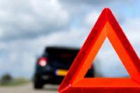Очевидцы ДТП помогали водителю перевернувшегося автомобиля выбраться из салона.