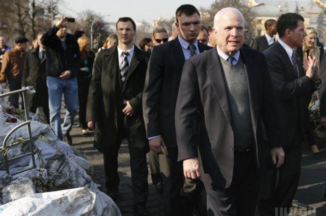 Сенатор Джон Маккейн в ходе посещения Донбасса