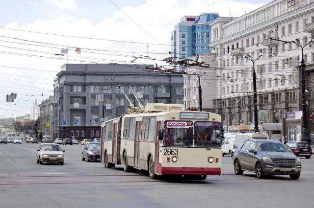 ВЧелябинске насвадьбу новобрачных привез украшенный шариками троллейбус ВИДЕО