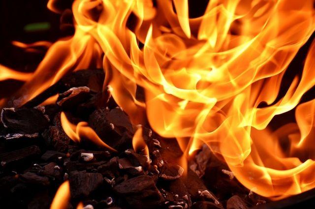 Ночью на трассе возле Тюмени загорелся автомобиль вместе с водителем