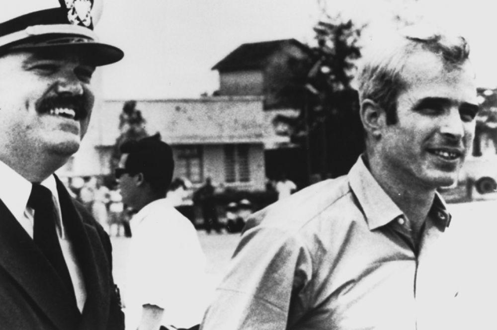 Маккейн, опираясь на помощь влиятельных родственников, поступил в престижную Военно-морскую академию США, осваивая профессию лётчика палубной авиации.