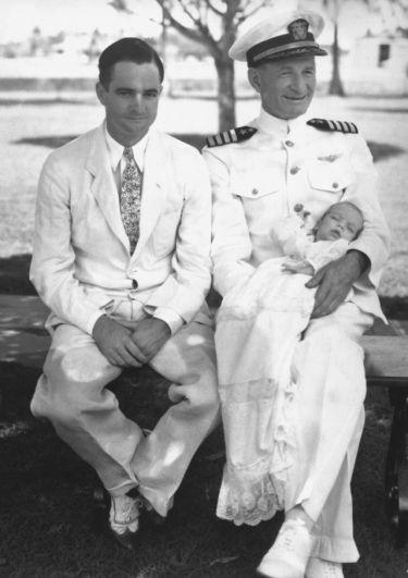 Его отец и дед дослужили в Военно-Морских силах США до звания адмиралов, и потому неудивительно, что и Джон после школы отправился по военной стезе.