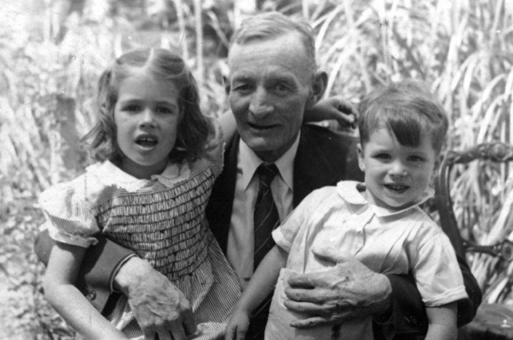 С дедом Джоном Сидни Маккейном-старшим.