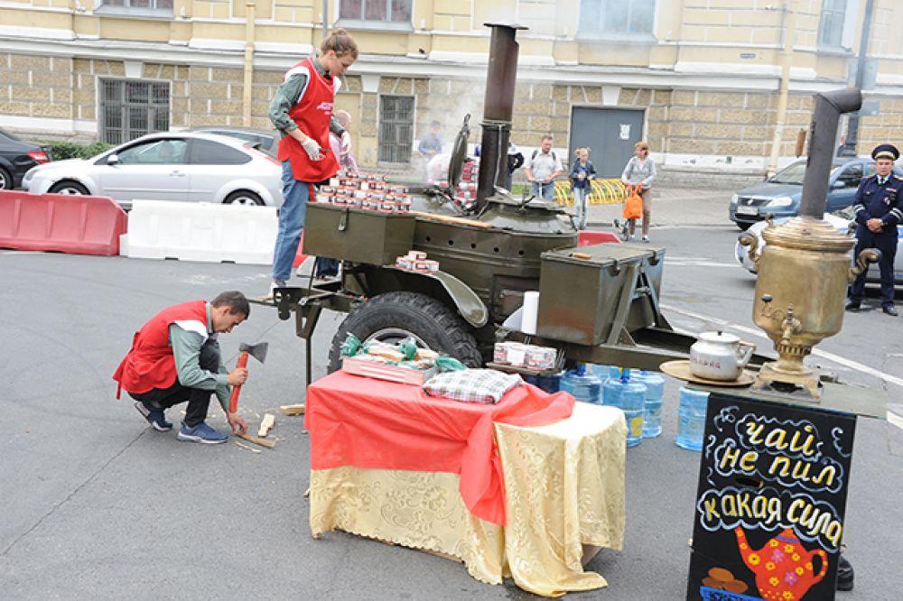 Гости праздника могли попробовать блюда полевой кухни.