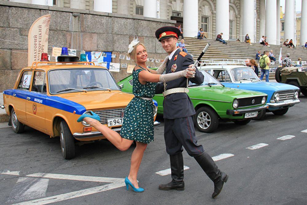 На служебной машине на праздник приехал и милиционер из прошлого!