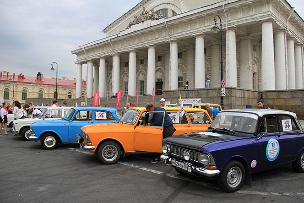 Ретро-автомобили выстроились у здания Биржи.