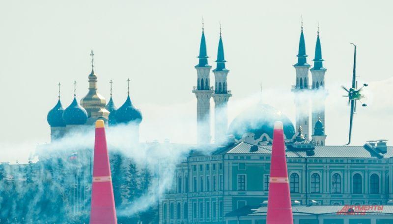 Полеты проходили на фоне культовых объектов Казани.
