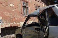 В Одессе автомобиль в ходе аварии влетел в подвал