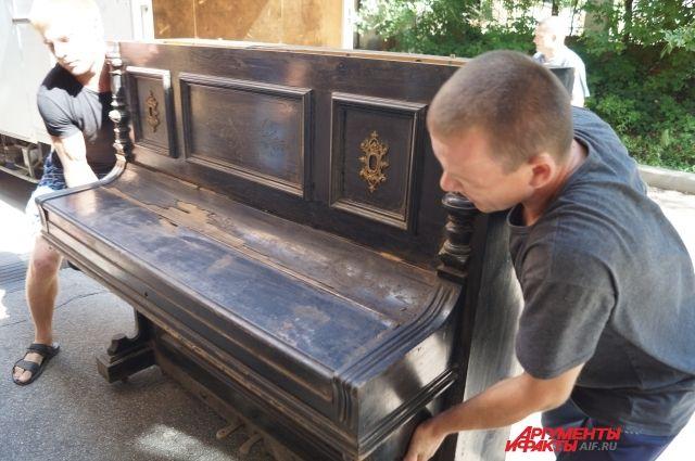 На одной из дек есть серийный номер, согласно которому пианино произведено между 1879 и 1900 годами.