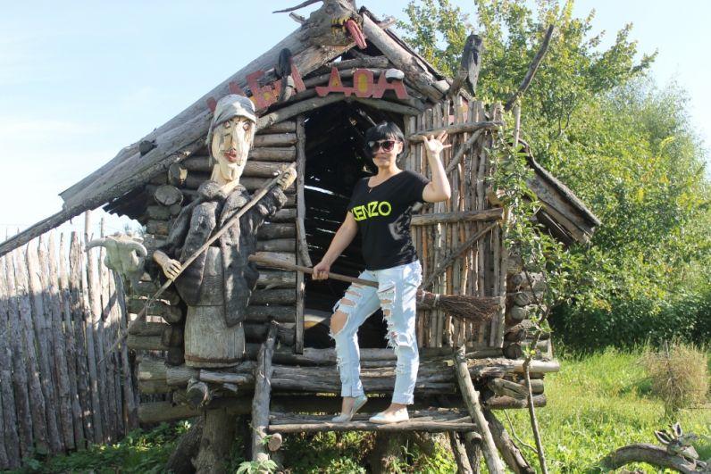 Есть в деревне и сказочный уголок с избушкой на курьих ножках и героями русских народных сказок