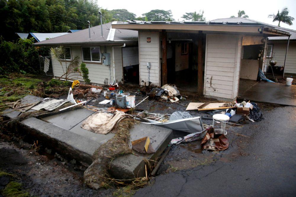 Грязь и мусор во дворе жилого дома после наводнения, вызванного ураганом «Лейн» в Хило.